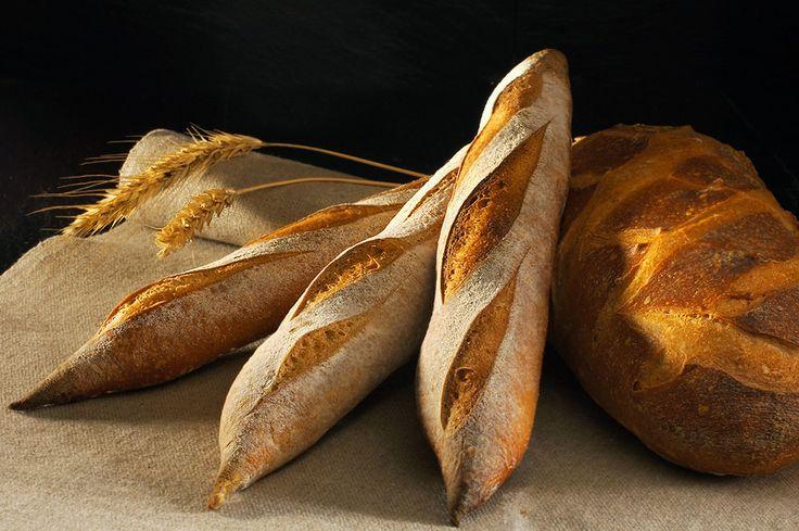 """Сегодня пеку вариант традиционного французского багета от Фредерика Лалоса (Frederic Lalos) на закваске. Безусловно, правильно приготовленный багет на закваске - это король багетов, если не сказать больше - король хлебных королей! Что же это за понятие """"правильно приготовленный""""? Прежде всего - это…"""