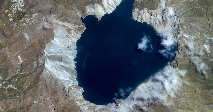 Tipos de relevos de erupções vulcânicas. Um relevo vulcânico é a mais rápida criação topográfica da Terra. Os vulcões podem entrar em erupção sob o oceano e criar uma ilha em menos de um dia. Estes acidentes geográficos dependem, em primeira instância, da composição química e mineralógica da rocha extrusiva derretida, ou magma. Uma maior concentração de sílica aumenta a viscosidade do ...
