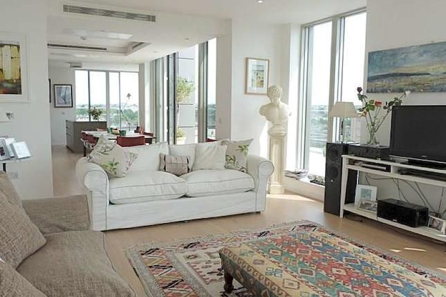 Fab Penthouse to let in London....  http://www.zoopla.co.uk/to-rent/details/34671927?search_identifier=cce9ed47a2bb94c6afc3621bdc9ab7b3#K3xH16E4j0LDHyIB.97