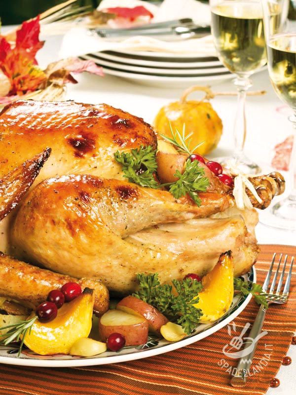 Ecco a voi una ricetta davvero sfarzosa e scenografica: è il Tacchino ripieno all'americana, che negli Stati Uniti viene servito per il Thanksgiving Day!
