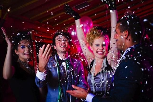 Get creative this New Year's Eve with these adorable, money saving party planning tips! http://fabandfru.com/2012/12/a-new-years-eve-bash-on-a-budget/#