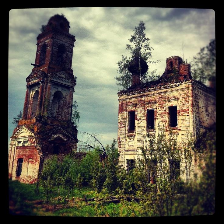 Разрушенная церковь близ Судиславля