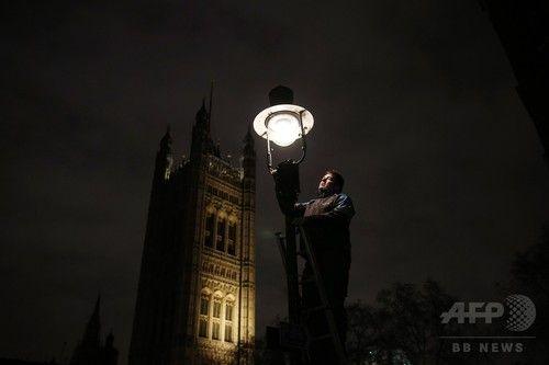 ロンドンのガス灯ともし続ける「点灯員」たち
