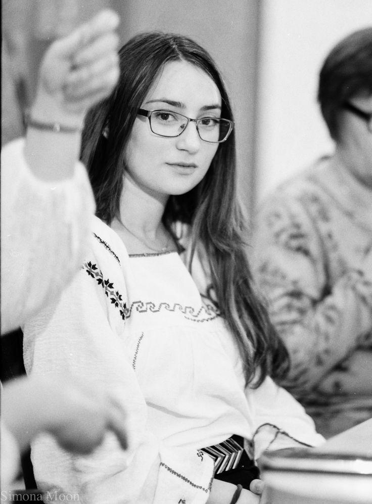 Simona Niculescu, fondatoarea grupului Sezatoare Constanta 2015-2016. camasa dobrogeana
