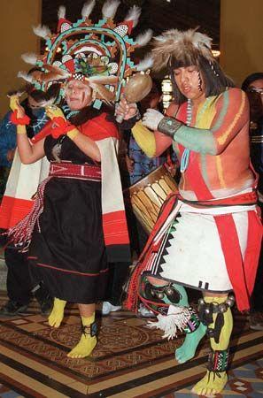 Hopi tanzen die pahlikmana (flüssig-trinkender Mädchentanz) während einer Frühjahrs-Tagundnachtgleiche-Feier.