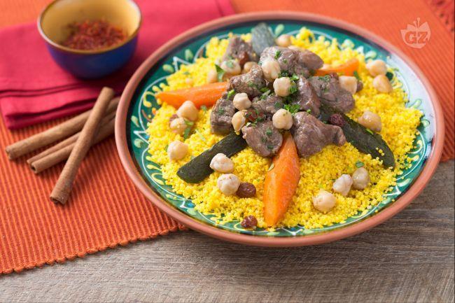 Il couscous alla marocchina è un classico della cucina nordafricana: viene servito con uno stufato di agnello e verdure insaporito con zenzero.