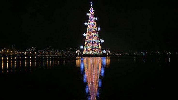 2014   BRASIL - EL ARBOL FLOTANTE. Así es el árbol de navidad flotante más grande del mundo.