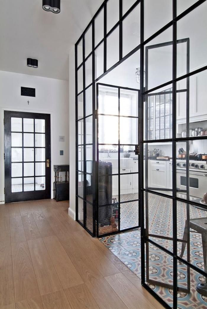 Les verrières sont une alternative pour cloisonner l'espace sans l'alourdir d'un mur, conventionnel.Les pièces sont délimitées en transparence par ces puits de lum...