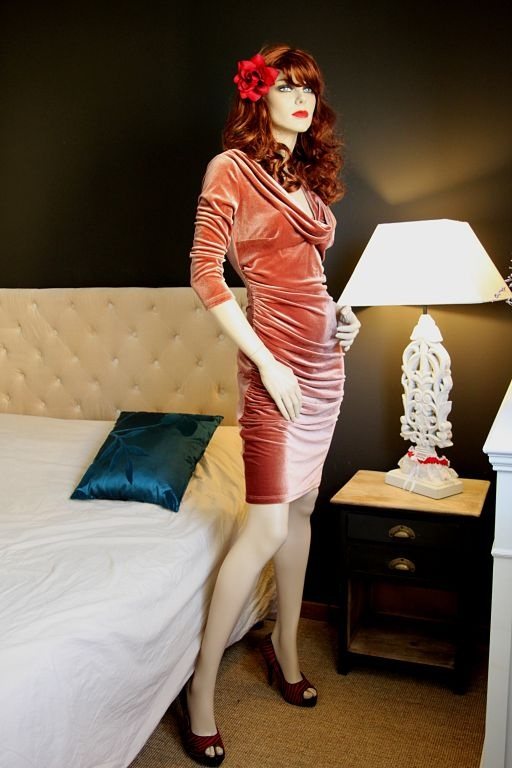 La robe de velours Film noir | ROBES PIN UP ATTITUDE : Cette robe de velours Film noir est inspirée des silhouettes de divas qui évoluaient dans les films muets ainsi que des séductrices du milieu de siècle. http://www.pinupattitude.com/gamme.htm?products_name=La+robe%20de%20velours%20Film%20noir_id=1#  #robe #vintage #oldschool #rock #pinup #attitude #retro #50s #rockabilly #glam #bettiepage #velour