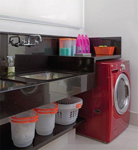 """Com 10 m² disponíveis para a lavanderia, a arquiteta Ana Lucia Siciliano conseguiu separar a área molhada da seca. Do lado esquerdo, a bancada de granito preto absoluto (La Martina), com 50 cm de frontão, se estende por 2,40 m, acomodando os dois tanques (Mekal). """"A moradora queria ter um para lavar os panos de chão e outro para deixar a roupa de molho"""", conta Ana. Do lado oposto, a bancada faz as vezes de tábua de passar.Equipamentos Lavadora: WM3360HRCA (LG, EUA) Capacidade: 10,47 kg…"""