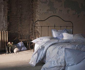 Entre tradition et modernité, le linge de lit Eternité Céleste est composé d'une toile de Jouy bleu qui lui permet de s'exprimer tant dans un univers classique que dans un univers contemporain