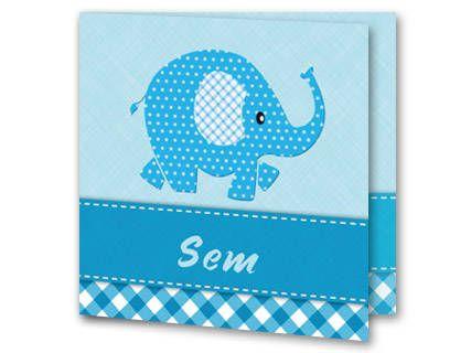 Een geboortekaartje voor een jongen met een abstracte blauwe olifant. De olifant is bedekt in witte stipjes en zijn oor is wit met blauwe ruitjes. Onder de olifant loopt een blauwe balk met witte stiksels. Daaronder loopt een balk met blauwe ruiten. Achter de olifant is de achtergrondkleur lichtblauw. Aan de binnenkant is de achtergrond hetzelfde. Links onderin is het olifantje geplaatst.