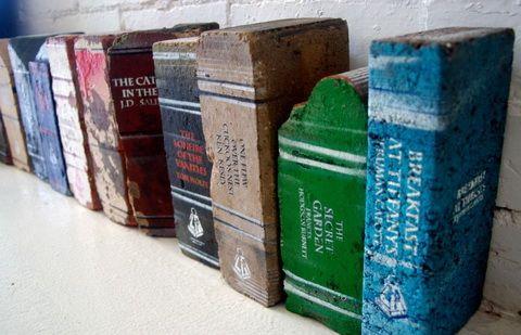 """Bontott tégla """"könyvek"""""""