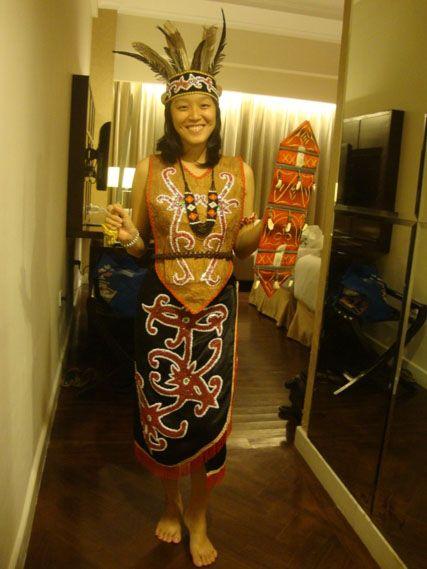 Busana suku Dayak Ngaju dibuat dengan model yang sangat sederhana yakni berupa rompi unisex (sangkarut) tanpa hiasan apapun semata-mata untuk menutupi badan saja.