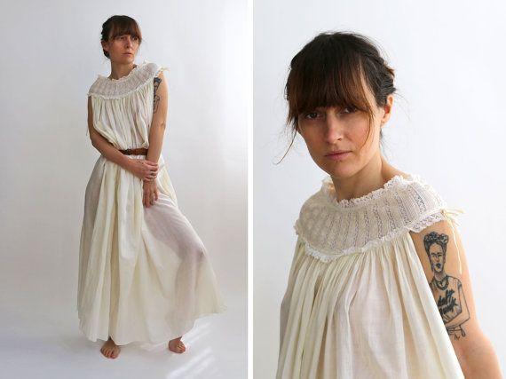 ✦Gorgeous longue robe en coton jaune pâle avec de la dentelle délicate, chemise de nuit a-ligne avec lyre courbe et large décolleté et dos Absolument magnifique pour un mariage de campagne !  ✦Label : pas de balise ✦Material : coton, dentelle  ✦Measurements pris lors du vêtement repose à plat : Longueur 130 cm/51  Les épaules 46 cm/18   ✦Best poing : taille unique plus ✦Andrea est un 36 EU (petit)  ✦ vintage très bon état.  ✦More vintage belles robes : https://www.etsy.co...