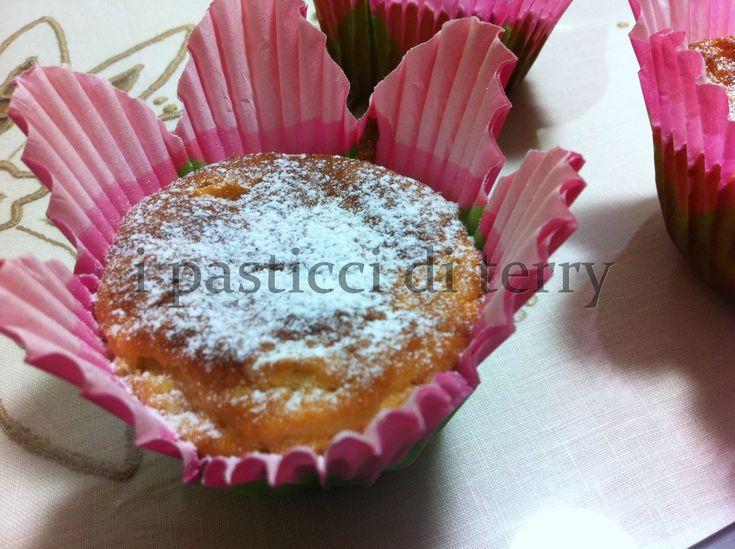 Domani è la festa donna. Voglio offrirvi un bel muffin all'ananas (dietetico) e un pensiero solo per noi. Auguri donne!!  I muffin all'ananas e la festa della donna