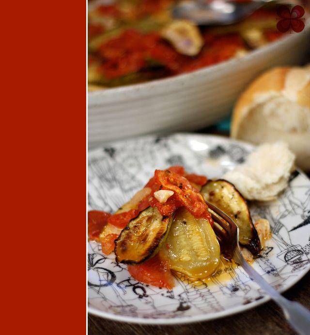 Abobrinha assada com tomates e alho (Roasted zucchini with tomato and garlic)
