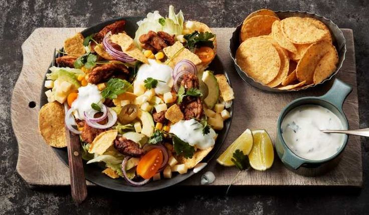 Allas favoritsmaker från tacos i en smakrik sallad med kyckling och krämig dressing på gräddfil och koriander.