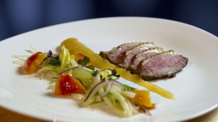 Marinovaná kachní prsa se zázvorovým salátkem, meruňkami a wasabi jablečným pyré