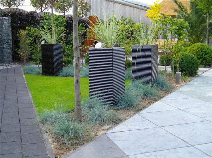 keramiek potten in strakke tuin.  Ontwerp: Hexspoor Tuinplan