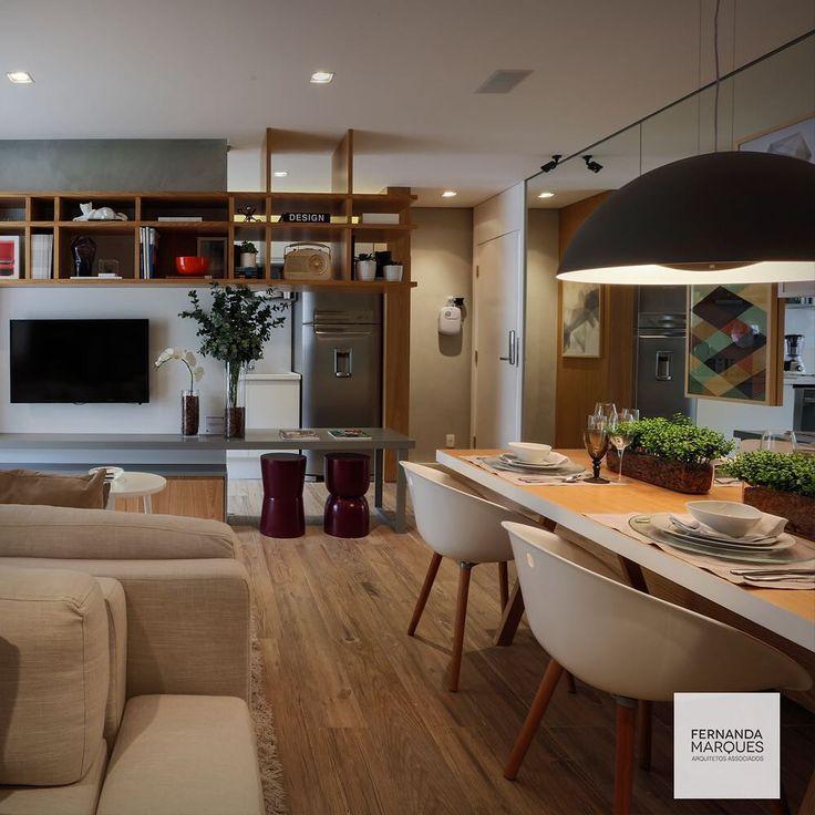 Cozinha e área social integradas através de estante vazada. Aproveite a bancada para refeições rápidas !  Integrated kitchen and social area by modular shelf . The counter is perfect for fast meals !  #dicasfernandamarques #kitchen #cozinha #cozinhagourmet #gourmetkitchen #livingroom #living #areasocial#saladeestar #decor #decoracao #decoracaoetododia #decoracaodeinteriores #interiors #interiordesign #design #fernandamarques #fernandamarquesarquiteta