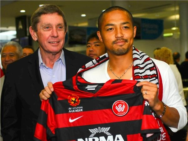 Veteran Japan star Shinji Ono touched down in Australia to join his new club Western Sydney Wanderers 01 Oct 2012 and was greeted by fans and club officials. Pics by Kevin Airs/www.words-and-pix.com