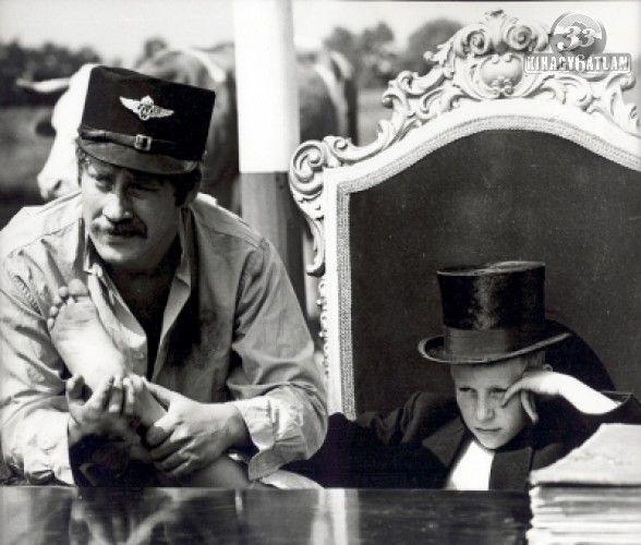Olvasztó Imre és Koltai Róbert kettőse, mint Regős Bendegúz és Szabó Sándor, a bakter (Indul a bakterház, 1979 r: Mihályfy Sándor)
