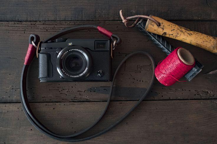 Una correa de cuero sólido curtido vegetal de 5mm. elegante para utilizarse al cuello, al hombro o cruzada, excelente para todo tipo de cámaras incluyendo mirrorless, hecha en cuero baqueta teñido natural en colores café, natural negro y vino.