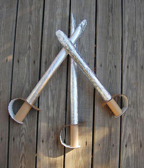 Una manualidad de cartón que seguro que le gustará a los niños son estas espadas de juguete... Sin duda jugar a piratas o a caballeros es algo que atrae a
