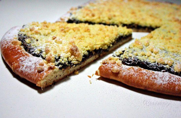 """""""Lopaťáky"""" sú tradičné veľké okrúhle koláče, typické pre severnú Moravu. Ich názov je odvodený od drevenej lopaty, ktorou sa koláče sádzali do pece. A možno od tej pece je odvodený názov """"pecák"""", čo je tiež nárečový výraz pre tento druh koláčov. Robia sa s rôznymi plnkami a na vrchu je vždy bohatá, chrumkavá posýpka."""