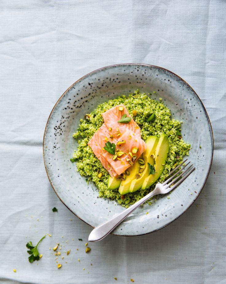 """Denise Kortlever lanceerde gisteren haar tweedeboek All-day bowlsuit. Een heerlijk boek vol verrukkelijke gerechten in een kom. Wij mogen een lekker recept uit dit boek delen: broccoli-couscous met een ceviche van zalm. Denise: """"Dat je van bloemkool een soort couscous kunt maken, wist je misschien al. Maar stiekem vind ik couscous van fijngemalen broccoli nog …"""