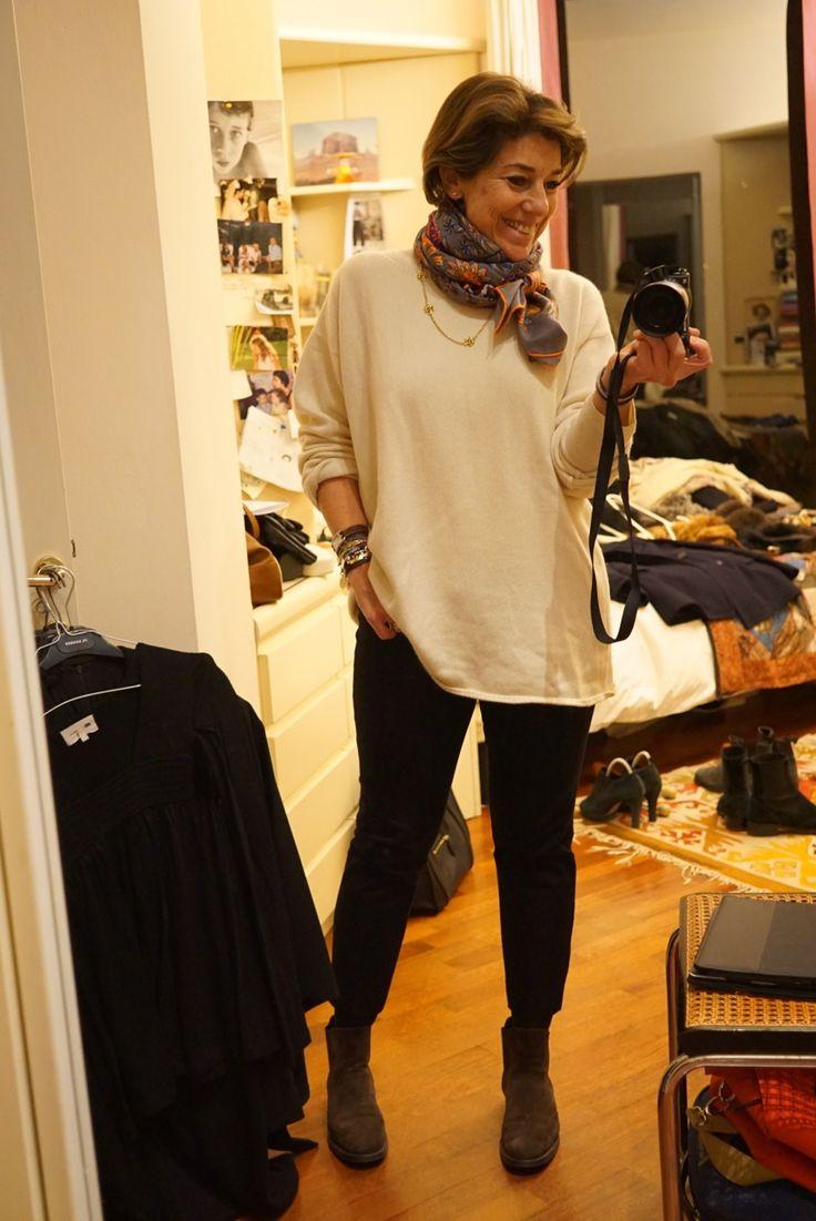 Um suéterzão branco com embaixo outro suéter fininho.