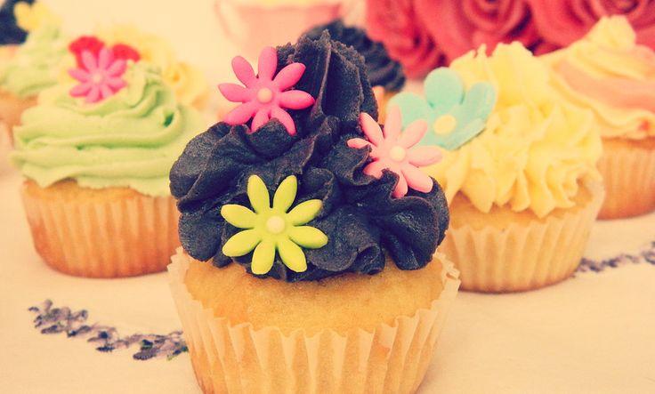 Cute flower accents cupcakes  www.designerscupcakes.com