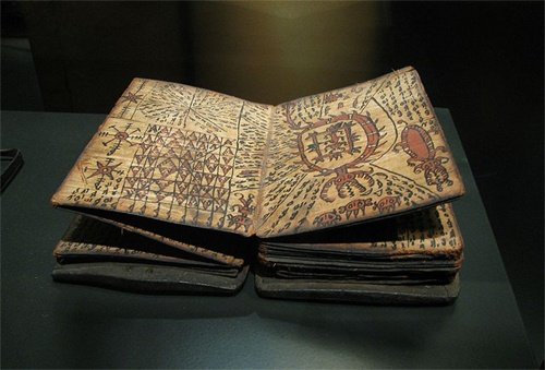 Naskah Batak pada umumnya ditulis pada kulit kayu, bambu, dan tulang (biasanya tulang rusuk dan bahu kerbau). Naskah yang terbuat dari kertas adalah naskah yang paling baru karena orang Batak baru mengenal bahan kertas pada abad ke-19 setelah kedatangan van der Tuuk.