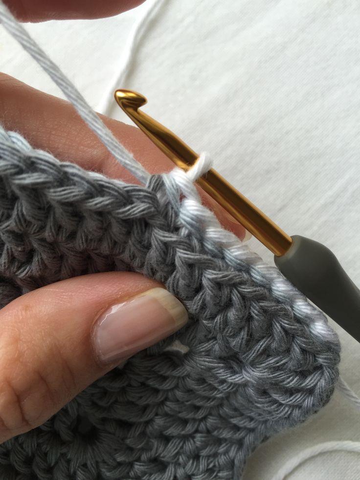 Heute zeige ich euch ein tolle Methode,um Grannys einfach und sehenswert zu verbinden. Die einfachste Art ist es, die Quadrate mittels Kettmaschen oder festen Maschen zu verbinden. Das ergibt jedo...