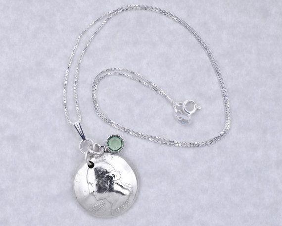 Diese schönen, handgefertigten Anhänger Halskette mit echten 1937 Silber Quartal Münze und Geburtsstein Charme ist das perfekte Geschenk für einen 80. Geburtstag zu feiern! Die Kette ist eine Kette aus Sterlingsilber Box und ist verfügbar in den Längen von 18 bis 24 Zoll. Die Münze auf diesem Anhänger ist gewölbt und poliert, um es eine Juwel-wie Aussehen geben. Es ist mit einer Sterling Silber Kaution gesichert und 2 Silber Ringe springen. Der Geburtsstein Charme ist einen facettierten…