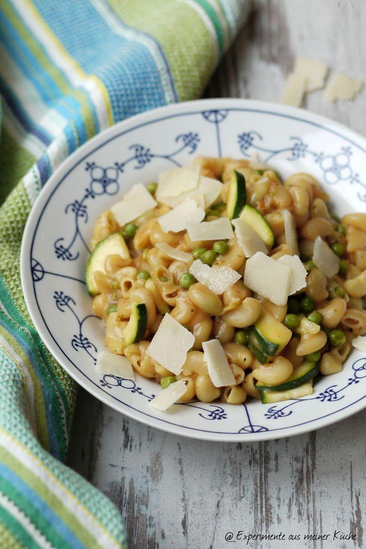 Experimente aus meiner Küche: One Pot Pasta mit Zucchini und Erbsen in Tomatensoße