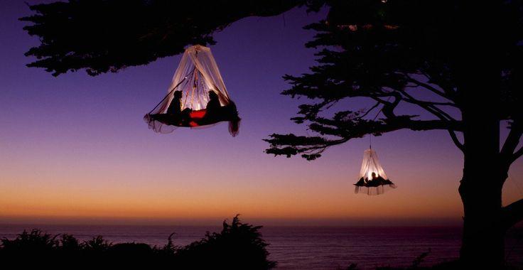 とてもロマンティックな空飛ぶテントが素敵過ぎる! キャンプには欠かせないテントだけど、普通のテントよりも一風変わった「空飛ぶテント」はいかがでしょう? これなら女子が苦手な虫が入ってくる心配もご無用! カップルでキャンプに行って、このテントで一夜を過ごせば二人の絆が深まること間違い無し♪