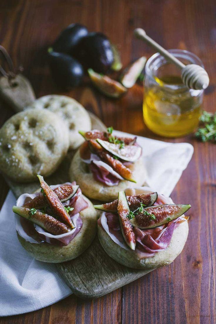 Un aperitivo talmente buono che non potrai farne più a meno: le focaccine integrali con fichi e prosciutto sono originali e buonissime!