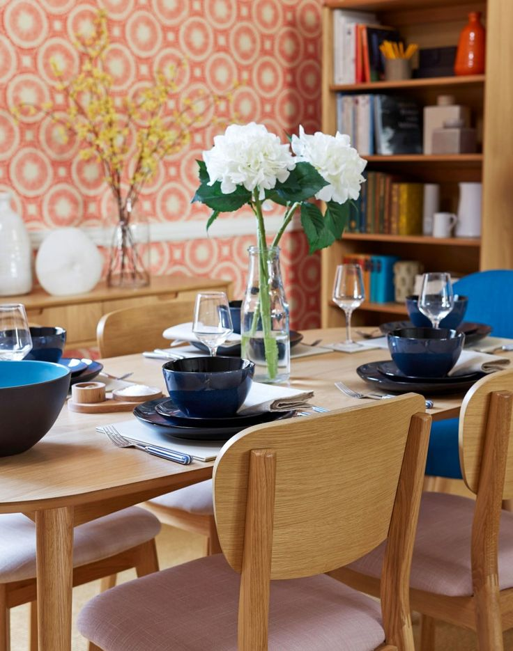 Modern dining room with feature circles wallpaperCreate a bright and funky  dining room packed with retro. 41 best Dining room ideas images on Pinterest
