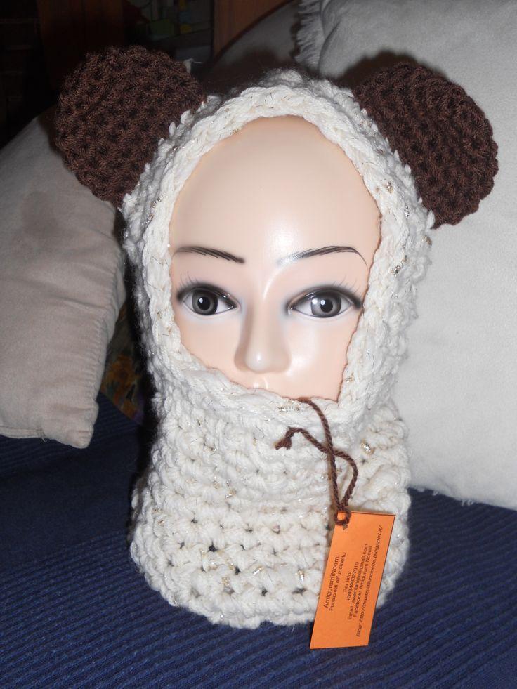 Cappuccio scalda collo realizzato all'uncinetto color panna con inserti laminati e orecchie marroni