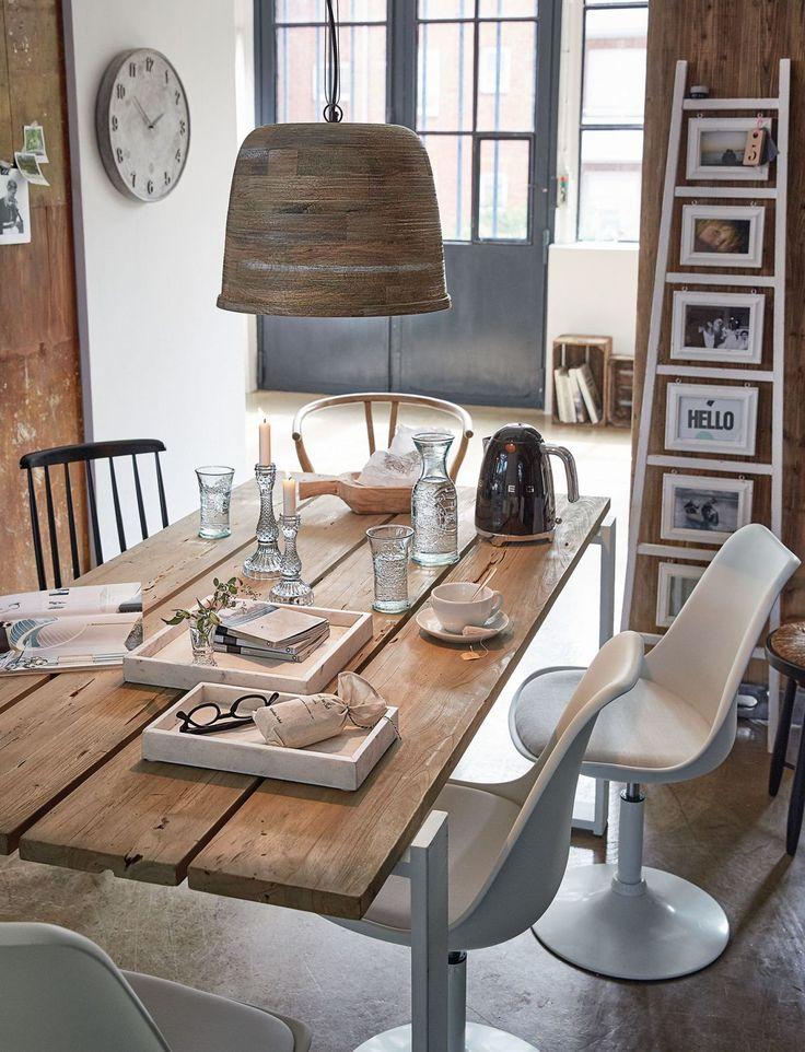 Recycling lohnt sich! Der beste Beweis dafür ist dieser rustikale Esstisch aus wiederaufbereitetem Holz und einem Design-Gestell aus Eisen. Für einen Abend mit Freunden fehlt dann nun nur noch der Wein.