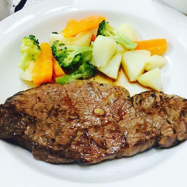 . 昨日はいろんな奇跡が重なって 家なのにステーキ🍖ヽ(´▽`)/ . ミディアムレアのお肉に オニオンソースかけたり ヒマラヤ岩塩つけたり わさびで食べたり 家なのでやりたい放題やったりましたわ( *˙ω˙*)و グッ! . 付け合わせの野菜のグラッセも 甘くて美味しかったー(ノ*°▽°)ノ . #ビーフステーキ #野菜のグラッセ  #オニオンコンソメスープ  #ごはん #やみつきキャベツ . . #homemadedinner #homemadesteak #cookingram #meatlover #よるごはん #クッキングラム #ステーキ #肉