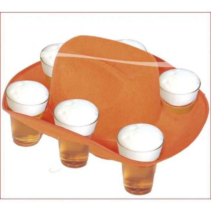 Geen WK voetbal toernooi Koningsdag zonder biertje! In deze handige hoed kun je zes biertjes kwijt. Zo maak je nog eens vrienden. Dat wordt een gezellig Oranje feest. Vlaggenclub heeft nog veel meer vrolijke, originele Oranje versieringen en feestartikelen.