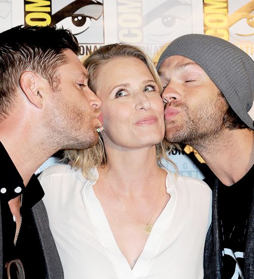 Mama Winchester and her boys awwww ♥◡♥ Jensen Ackles, Jared Padalecki and Samantha Smith attend the San Diego Comic-Con, 2016 By Christina #Jensen Ackles #Jared Padalecki #Samantha Smith #SPN Cast #Supernatural #SDCC16 #Comic Con 2016 #SPN CW