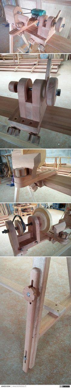 Avec un peu de temps libre et des restes de lamellé-collé makoré, je me suis décidé à fabriquer un tour à bois. La poutre est lamellé-collé de 45mm de 1500mm de long ce qui permet 1100mm d'entre pointes. L'axe est une tige filetée montée sur roulement. La contre pointe est également sur roulement. Ayant un atelier avec un sol pas vraiment plat, j'ai fait un réglage sur l'un des pieds.