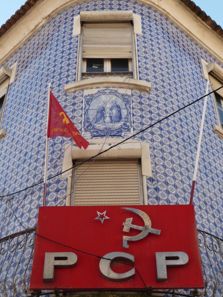 Vila Franca de Xira | Fachada com azulejo de padrão / Façade with pattern azulejo | 1920-1950 #Azulejo #Fachada #Padrão #Pattern #Façade