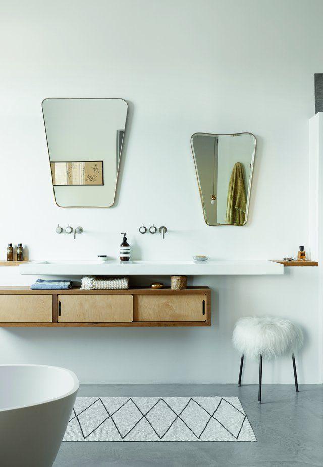 <p>Une salle de bain très lumineuse qui nécessite pas de lumière en journée. Le sol est en béton ciré gris. Jean-François Faure a dessiné la...
