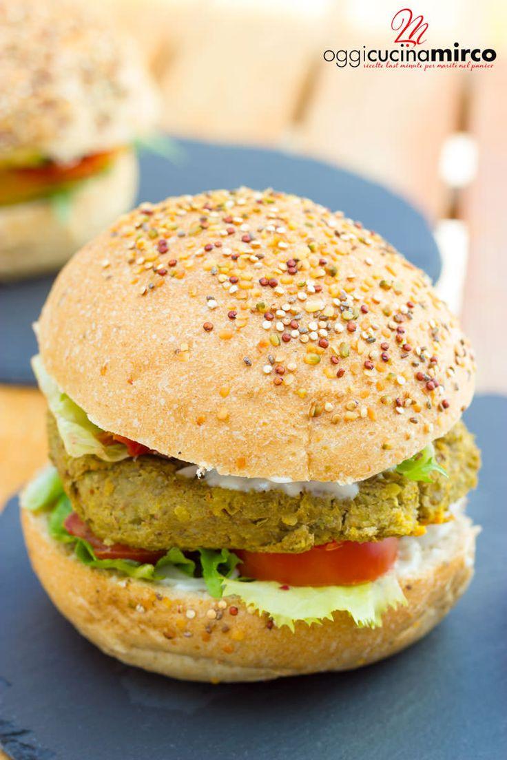 Il burger di lenticchie è l'alternativa salutare al classico burger di carne: ricco di  ferro, proteine vegetali e fibre e facile da preparare.