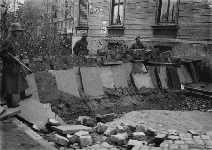 Rebellion:  Im Oktober 1923 probte die KPD in Hamburg den Aufstand, um in ganz Deutschland eine sozialistische Revolution auszulösen. Weil die Unterstützung aus der Bevölkerung ausblieb, brach der Putsch bald zusammen. Auf dem Foto sind Polizisten zu sehen, die eine eroberte Barrikade bewachen.